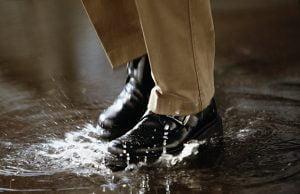 chăm sóc giày da nam ướt mưa