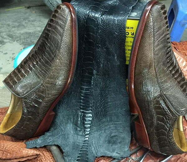 Cách đóng giày đà điểu vô cùng công phu, cần trải qua nhiều công đoạn